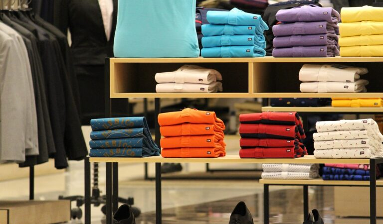 Los colores intensos se apoderan de la moda masculina 2021